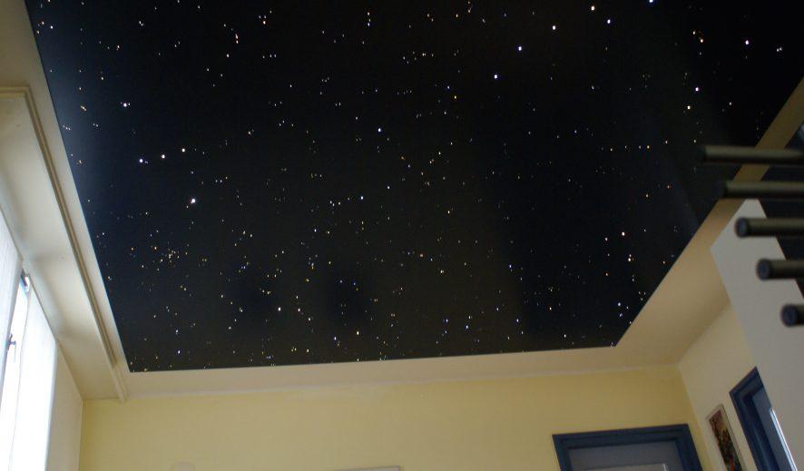 https://mycosmos.eu/wp-content/uploads/2016/11/Sterrenhemel-plafond-verlichting-LED-glasvezel-slaapkamer-romantisch-ideen-voorbeelden-afbeeldingen-886x519.jpg