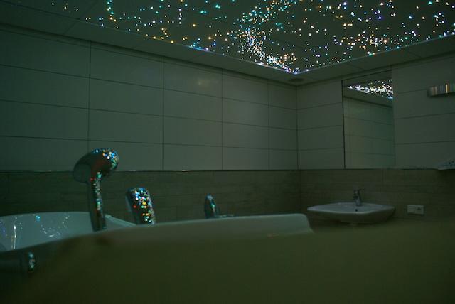la salle de bain avec un plafond toil mycosmos. Black Bedroom Furniture Sets. Home Design Ideas