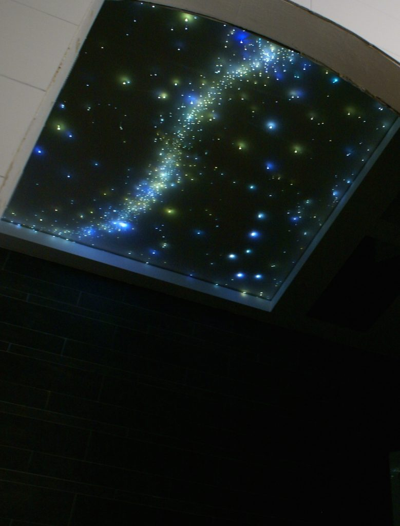plafond ciel toil led dans la salle de bain mycosmos. Black Bedroom Furniture Sets. Home Design Ideas