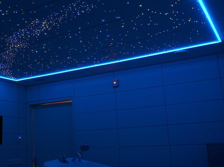 La salle de bain avec un plafond toil mycosmos for Plafond chambre etoile