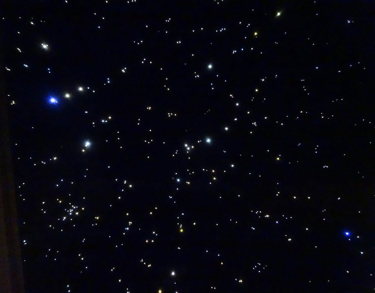 Sterrenhemel plafond verlichting LED glasvezel slaapkamer romantisch ideen voorbeelden constellaties afbeelding mycosmos