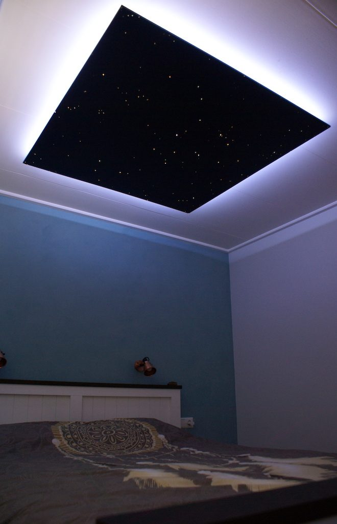 sternenhimmel leuchte im schlafzimmer led decke glasfaser mycosmos. Black Bedroom Furniture Sets. Home Design Ideas
