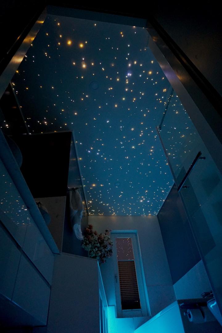 Plafond ciel toil led salle de bain luxueuse mycosmos - Plafond chambre etoile ...