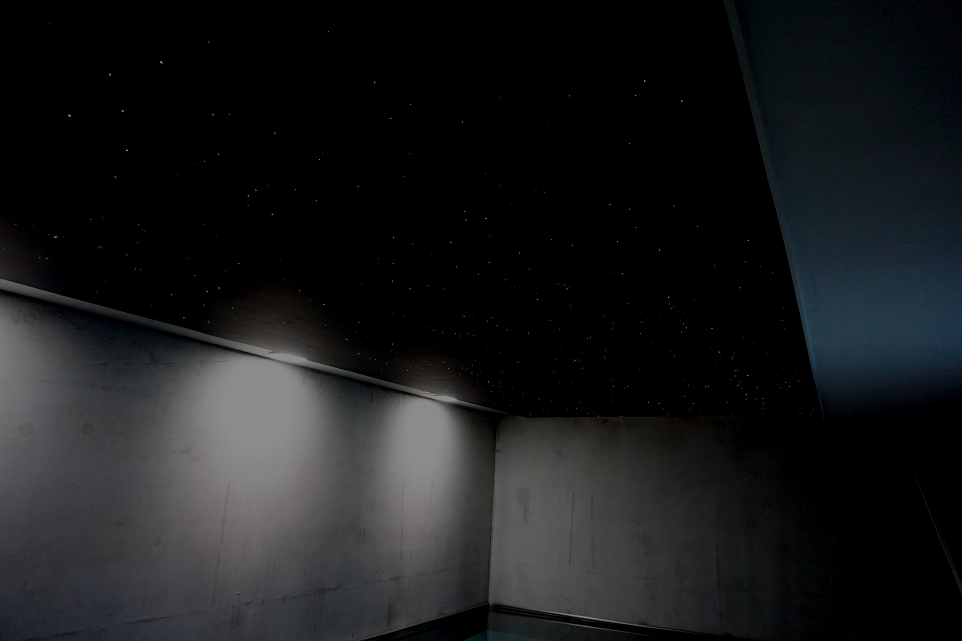 sterrenhemel plafond verlichting zwembad LED glasvezel MyCosmos techniek licht sterren wellness pool jacuzzi